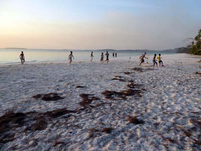 夕方のパサールパンジャン。浜辺で遊ぶ子供達