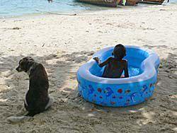 プールで一人遊びする子供