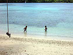 砂浜で戯れる子供