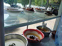 ブッフェ式の食堂のおかず