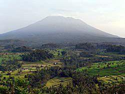イセ村からのアグン山の眺め