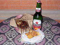 屋台で仕入れた夕食とビール
