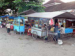 市場に夕方出る天ぷらとサテの屋台