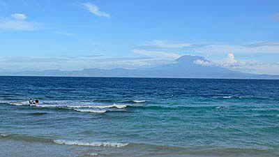 ぺニダ島の北部海岸からバリ島をのぞむ