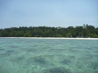 パサールパンジャン沖から島を見たショット