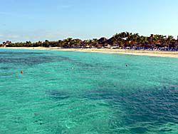 桟橋から眺めるビーチ