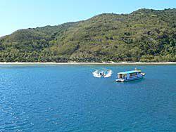 ナビティ島と島のリゾートのボート