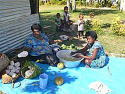 タロイモの下準備をする女たち