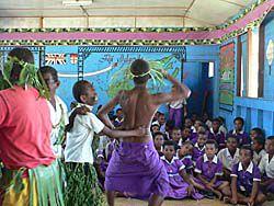 学校訪問での男子生徒の踊り