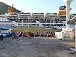 ペルニ社の大型客船がバンダ島に入港したところ