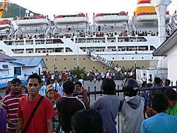 ペルニ船がバンダネイラ港に寄港