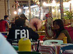 FBIのTシャツを着る兄ちゃん