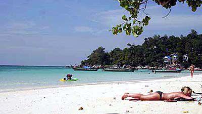 パタヤビーチで甲羅干しする西洋人女性