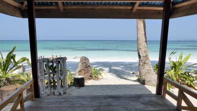 ケイ島のビーチを小屋から望む