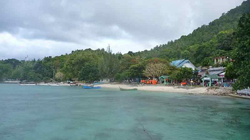 スマトラ島ウェー島。海から浜を望む