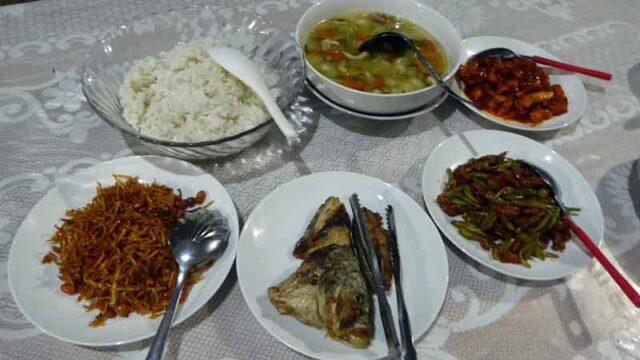 セラム島サワイ村のリサールバハリの夕食