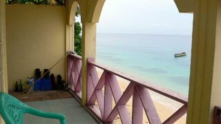 アイ島のゲストハウスから海を望む