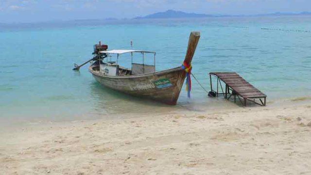 ピピ島 レムトンビーチに停泊するボート